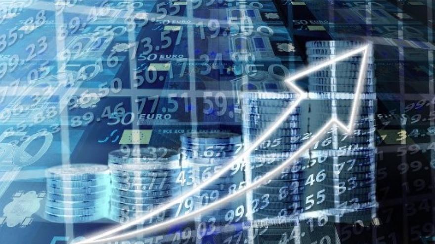 Na zdjęciu widoczne na pierwszym planie wskaźnik kierunku strzałki skierowny do góry. Ponadto widoczne są monety, liczby,znak Unii Europejskiej oraz napis Euro.